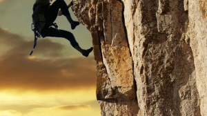 Hombre subiendo la montaña