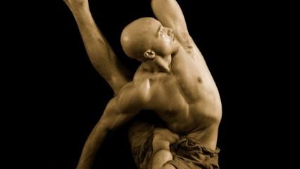 Hombre en postura de yoga