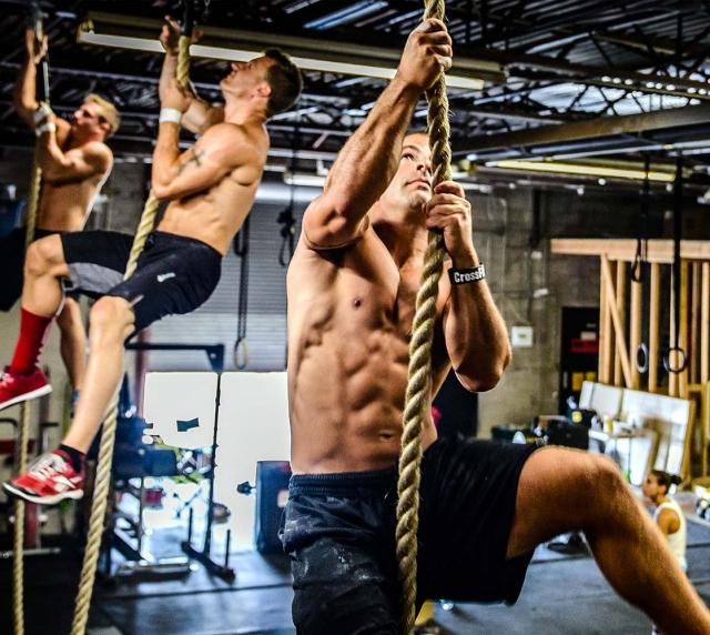 Hombres entrenándose