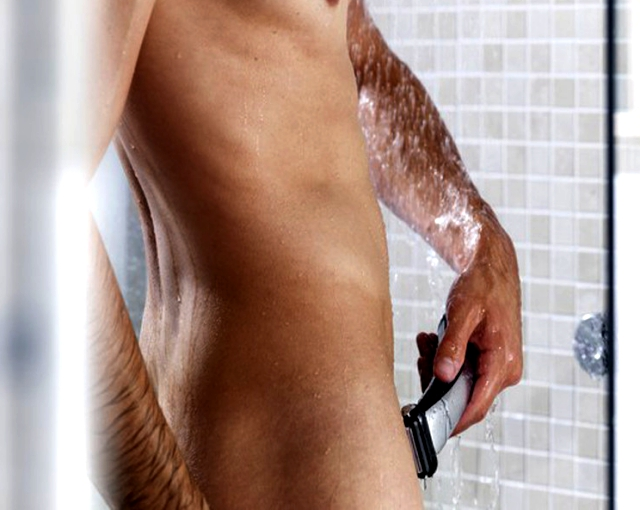 Hombre depilándose